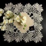 Design Bordeaux mit Frühlings-Blüten